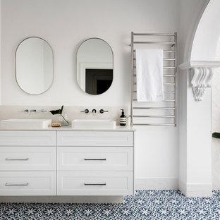 Imagen de cuarto de baño principal, clásico renovado, de tamaño medio, con puertas de armario blancas, baldosas y/o azulejos blancos, baldosas y/o azulejos de cemento, paredes blancas, suelo de baldosas de porcelana, encimera de cuarzo compacto, suelo azul, encimeras blancas, armarios estilo shaker y lavabo sobreencimera