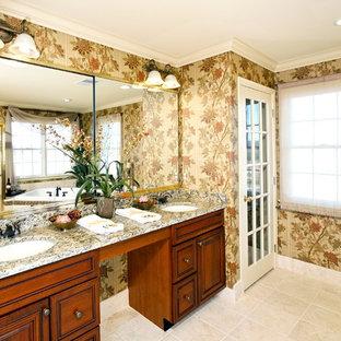 Неиссякаемый источник вдохновения для домашнего уюта: главная ванная комната среднего размера в классическом стиле с бежевой плиткой, полом из травертина, врезной раковиной, желтым полом и коричневой столешницей
