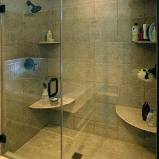 Ispirazione per un'ampia stanza da bagno padronale classica con lavabo sottopiano, consolle stile comò, ante in legno bruno, top in marmo, doccia doppia, WC monopezzo, piastrelle beige, piastrelle in gres porcellanato, pareti marroni e pavimento in legno massello medio
