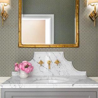 Foto på ett litet vintage flerfärgad badrum med dusch, med släta luckor, grå skåp, en toalettstol med separat cisternkåpa, grå väggar, travertin golv, ett undermonterad handfat, marmorbänkskiva och beiget golv