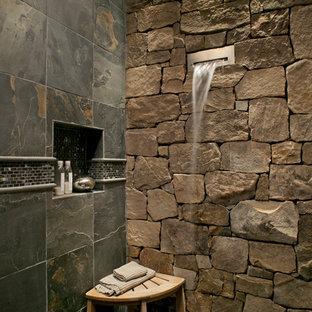 他の地域のラスティックスタイルのおしゃれな浴室 (スレートタイル) の写真