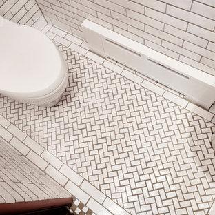 Exempel på ett amerikanskt badrum, med vit kakel, tunnelbanekakel, vita väggar och klinkergolv i keramik