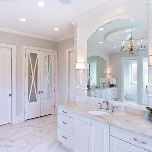 Ejemplo de cuarto de baño principal, clásico, extra grande, con armarios con rebordes decorativos, puertas de armario blancas, bañera exenta, ducha doble, baldosas y/o azulejos grises, baldosas y/o azulejos con efecto espejo, paredes grises, suelo de mármol, lavabo bajoencimera, encimera de cuarzo compacto, suelo blanco y ducha abierta