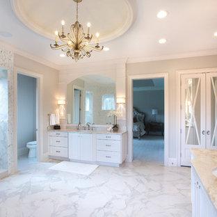 Esempio di un'ampia stanza da bagno padronale tradizionale con ante a filo, ante bianche, vasca freestanding, doccia doppia, piastrelle grigie, piastrelle a specchio, pareti grigie, pavimento in marmo, lavabo sottopiano, top in quarzo composito, pavimento bianco e doccia aperta