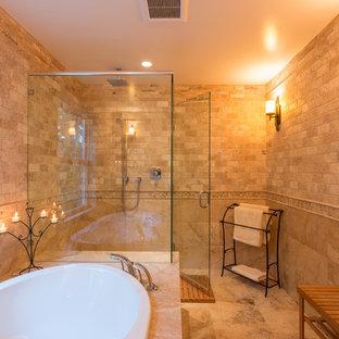 Imagen de cuarto de baño principal, tradicional, grande, con bañera encastrada, combinación de ducha y bañera, baldosas y/o azulejos multicolor, baldosas y/o azulejos de piedra y suelo de travertino