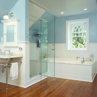 Exempel på ett klassiskt badrum, med ett konsol handfat och tunnelbanekakel