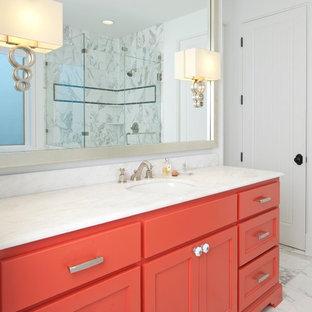 Foto di una stanza da bagno mediterranea con lavabo sottopiano, top in marmo, pareti bianche e pavimento in marmo