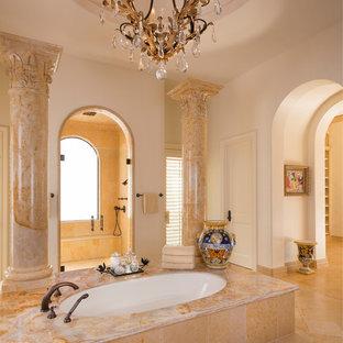 Esempio di una grande stanza da bagno padronale shabby-chic style con ante con bugna sagomata, ante bianche, vasca sottopiano, doccia alcova, WC monopezzo, piastrelle beige, piastrelle a mosaico, pareti beige, pavimento in travertino, lavabo sottopiano, top in marmo, pavimento beige e porta doccia a battente