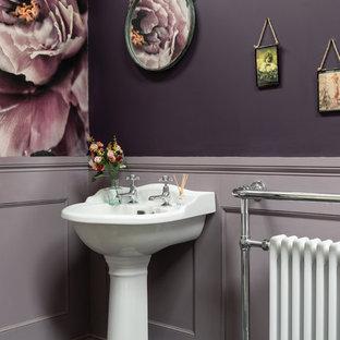 Immagine di una grande stanza da bagno classica con pareti viola, pavimento in gres porcellanato, lavabo a colonna e pavimento nero