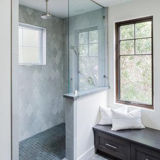 Foto de cuarto de baño principal, de estilo americano, grande, con armarios con paneles empotrados, puertas de armario de madera en tonos medios, ducha empotrada, paredes blancas, suelo de azulejos de cemento, lavabo bajoencimera, suelo gris y ducha abierta