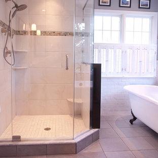 Immagine di una stanza da bagno tradizionale di medie dimensioni con vasca con piedi a zampa di leone, doccia ad angolo, piastrelle in ceramica, pareti grigie e pavimento con piastrelle in ceramica