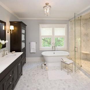 Inspiration för ett stort vintage vit vitt en-suite badrum, med ett fristående badkar, grått golv, marmorkakel, luckor med infälld panel, svarta skåp, en dusch i en alkov, blå väggar, marmorgolv, ett undermonterad handfat och dusch med gångjärnsdörr