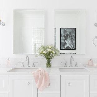 Ejemplo de cuarto de baño principal, tradicional renovado, grande, con armarios estilo shaker, puertas de armario blancas, bañera exenta, ducha abierta, sanitario de una pieza, baldosas y/o azulejos blancos, baldosas y/o azulejos de porcelana, paredes blancas, suelo de baldosas de cerámica, lavabo bajoencimera, encimera de cuarzo compacto, suelo rosa, ducha con puerta corredera y encimeras blancas