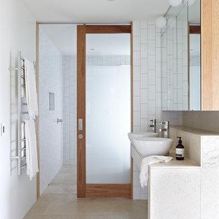 Imagen de cuarto de baño principal, actual, grande, con lavabo sobreencimera, baldosas y/o azulejos blancos, paredes blancas y baldosas y/o azulejos de cemento