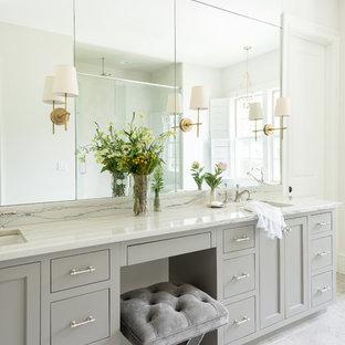 Exempel på ett klassiskt en-suite badrum, med grå skåp, ett undermonterad handfat, grått golv och marmorbänkskiva