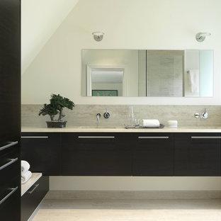 Immagine di una stanza da bagno padronale design di medie dimensioni con ante lisce, ante nere, doccia a filo pavimento, WC monopezzo, piastrelle nere, pavimento in gres porcellanato, top in marmo, piastrelle in gres porcellanato, pareti bianche e lavabo sottopiano