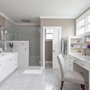 Imagen de cuarto de baño principal, tradicional, de tamaño medio, con armarios estilo shaker, puertas de armario blancas, ducha esquinera, baldosas y/o azulejos de cemento, paredes grises, encimera de mármol, baldosas y/o azulejos grises y suelo de mármol