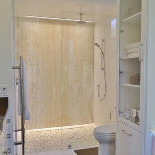 Удачное сочетание для дизайна помещения: большая главная ванная комната в стиле современная классика с врезной раковиной, белыми фасадами, душем без бортиков, раздельным унитазом, коричневой плиткой, белыми стенами, фасадами с декоративным кантом, керамической плиткой и столешницей из оникса - самое интересное для вас