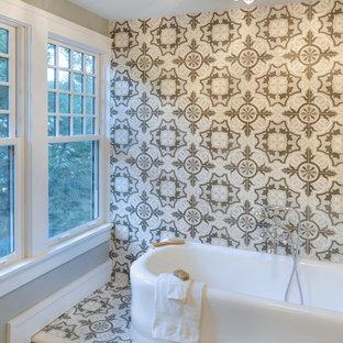 Idéer för att renovera ett vintage en-suite badrum, med cementkakel, marmorgolv och ett fristående badkar