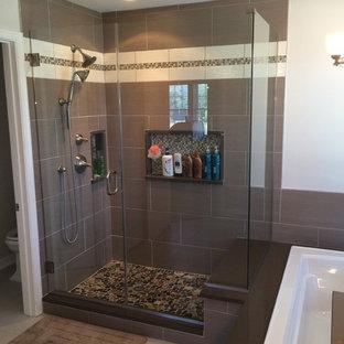 フィラデルフィアの大きいモダンスタイルのおしゃれなマスターバスルーム (ベッセル式洗面器、珪岩の洗面台、ドロップイン型浴槽、オープン型シャワー、石タイル、磁器タイルの床) の写真