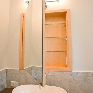 Immagine di una stanza da bagno padronale minimal di medie dimensioni con lavabo a bacinella, ante lisce, ante in legno chiaro, top in granito, vasca freestanding, doccia doppia, WC a due pezzi, piastrelle bianche, piastrelle di vetro, pareti bianche e pavimento in marmo