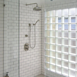 サンフランシスコの中サイズのエクレクティックスタイルのおしゃれなマスターバスルーム (白いタイル、セラミックタイル、白い壁、モザイクタイル、アルコーブ型シャワー) の写真