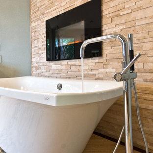 Inspiration för ett stort funkis en-suite badrum, med ett fristående handfat, luckor med upphöjd panel, grå skåp, bänkskiva i kvartsit, ett fristående badkar, en kantlös dusch, en toalettstol med hel cisternkåpa, beige kakel, kakel i småsten, gröna väggar och vinylgolv