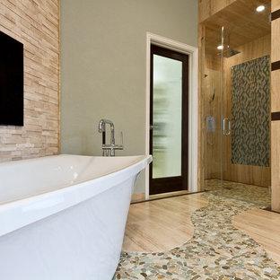 Idee per una grande stanza da bagno padronale design con piastrelle beige, lavabo a bacinella, vasca freestanding, doccia a filo pavimento, WC monopezzo, piastrelle di ciottoli, pareti grigie e pavimento alla veneziana
