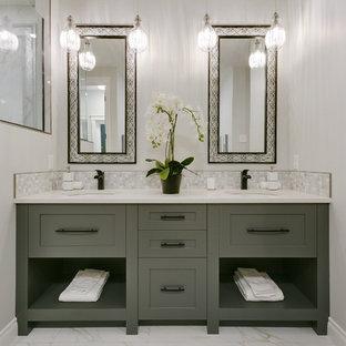 Foto de cuarto de baño principal, clásico renovado, grande, con armarios estilo shaker, ducha empotrada, baldosas y/o azulejos blancos, paredes grises, lavabo bajoencimera, encimera de cuarcita, suelo blanco, ducha con puerta con bisagras, encimeras blancas y puertas de armario verdes