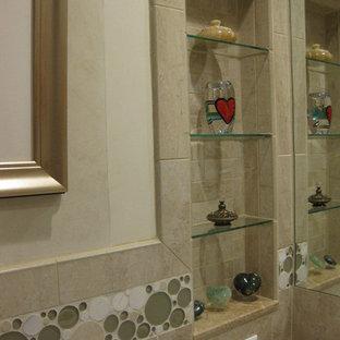 Inredning av ett eklektiskt mellanstort badrum, med ett piedestal handfat, en dusch i en alkov, beige kakel, porslinskakel, klinkergolv i porslin och beige väggar