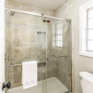 Ispirazione per una stanza da bagno padronale tradizionale con ante in stile shaker, ante bianche, WC a due pezzi, pareti grigie, pavimento in bambù e top in marmo