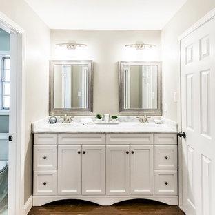 Foto di una stanza da bagno padronale tradizionale con ante in stile shaker, ante bianche, pareti grigie, pavimento in bambù e top in marmo