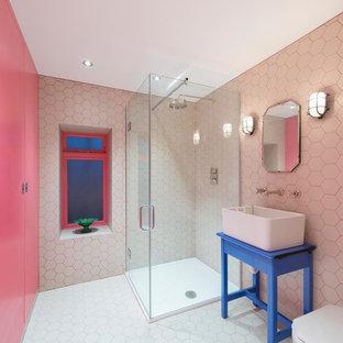 Новые идеи обустройства дома: ванная комната в современном стиле с настольной раковиной, синими фасадами, угловым душем, белой плиткой, розовыми стенами и душевой кабиной