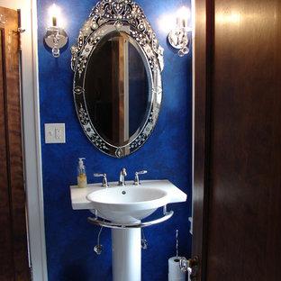 Foto de cuarto de baño clásico, pequeño, con lavabo con pedestal, bañera empotrada, baldosas y/o azulejos blancos, baldosas y/o azulejos de porcelana, paredes azules y suelo de baldosas de porcelana