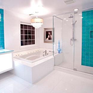 Ejemplo de cuarto de baño contemporáneo con ducha doble, lavabo sobreencimera, suelo blanco, armarios tipo vitrina, puertas de armario blancas, baldosas y/o azulejos azules, baldosas y/o azulejos de vidrio, paredes blancas, suelo de linóleo y encimera de vidrio