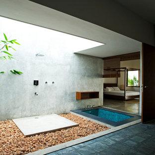 Diseño de cuarto de baño principal, asiático, con bañera encastrada, ducha abierta, baldosas y/o azulejos azules y paredes grises