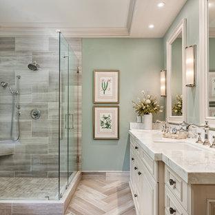 Esempio di una stanza da bagno chic con ante con bugna sagomata, ante bianche, doccia ad angolo, piastrelle grigie, piastrelle in travertino, lavabo sottopiano, top in onice, pavimento grigio, porta doccia a battente e top bianco