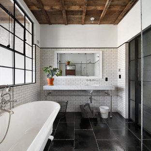 Idee per una stanza da bagno con doccia industriale di medie dimensioni con vasca da incasso, WC a due pezzi, piastrelle bianche, piastrelle diamantate, pareti bianche, lavabo sottopiano, pavimento nero e top bianco