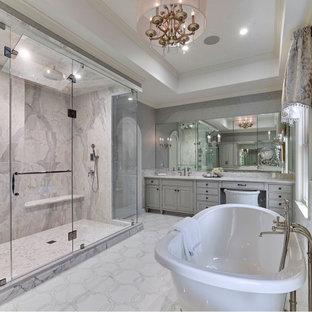 Idéer för vintage vitt en-suite badrum, med luckor med profilerade fronter, grå skåp, ett fristående badkar, en dusch i en alkov, flerfärgad kakel, marmorkakel, grå väggar, marmorgolv, ett undermonterad handfat, marmorbänkskiva, vitt golv och dusch med gångjärnsdörr