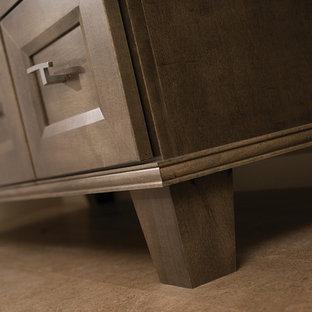 Immagine di una stanza da bagno padronale classica di medie dimensioni con consolle stile comò, ante in legno scuro, piastrelle beige, pareti beige, pavimento in sughero, lavabo sottopiano, top in superficie solida, pavimento marrone e top beige