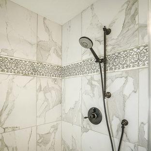 Идея дизайна: большая главная ванная комната в классическом стиле с фасадами с выступающей филенкой, темными деревянными фасадами, накладной ванной, душем в нише, раздельным унитазом, серой плиткой, белой плиткой, керамогранитной плиткой, серыми стенами, полом из керамогранита, врезной раковиной, столешницей из бетона, белым полом и душем с распашными дверями