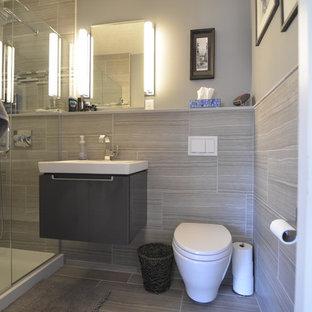 ミネアポリスの小さいコンテンポラリースタイルのおしゃれなバスルーム (浴槽なし) (グレーのキャビネット、壁掛け式トイレ、グレーのタイル、グレーの壁、セラミックタイルの床、壁付け型シンク、珪岩の洗面台、グレーの床、開き戸のシャワー) の写真