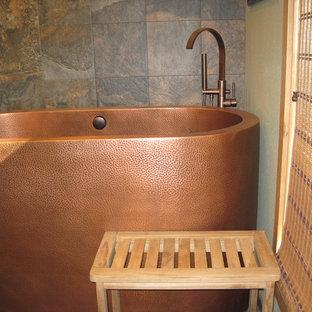Foto di una stanza da bagno con doccia etnica con ante in stile shaker, ante in legno chiaro, vasca giapponese, doccia ad angolo, piastrelle in ardesia, pareti grigie, pavimento in ardesia, lavabo a bacinella, top in granito, pavimento marrone e porta doccia a battente
