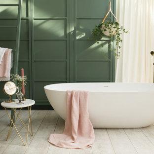 Idéer för mellanstora funkis badrum för barn, med ett fristående badkar, gröna väggar och målat trägolv