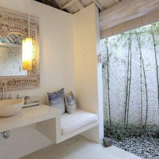 Immagine di una piccola stanza da bagno padronale mediterranea con ante bianche, WC monopezzo, piastrelle bianche, piastrelle di cemento, pareti bianche, pavimento con piastrelle in ceramica, lavabo a bacinella e top alla veneziana