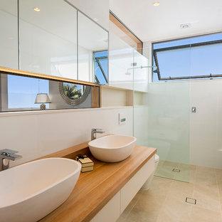 Mittelgroßes Modernes Badezimmer mit Aufsatzwaschbecken, Waschtisch aus Holz, offener Dusche, beigefarbenen Fliesen, weißer Wandfarbe und offener Dusche in Sydney