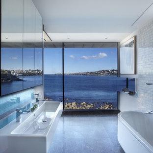 Diseño de cuarto de baño actual con bañera exenta, baldosas y/o azulejos blancos, baldosas y/o azulejos en mosaico, paredes blancas y lavabo de seno grande