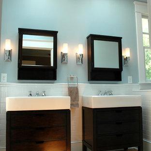Foto de cuarto de baño de estilo americano, grande, con baldosas y/o azulejos blancos, baldosas y/o azulejos de cemento, paredes azules, lavabo tipo consola y suelo de madera en tonos medios