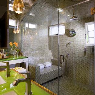 Immagine di una stanza da bagno chic con lavabo sottopiano, top in vetro, doccia alcova, piastrelle grigie, piastrelle a mosaico e top verde