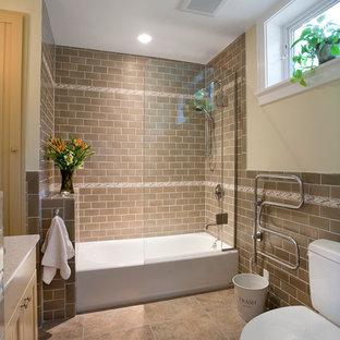Ejemplo de cuarto de baño contemporáneo con combinación de ducha y bañera